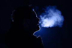 Mann, der warmen Atem ausatmet Lizenzfreie Stockfotos
