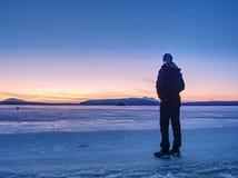 Mann in der warmen Klagengeste zum Morgenhorizont Wandereraufenthalt auf Eis lizenzfreie stockfotos