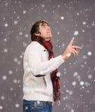 Mann in der warmen Strickjacke seinen Daumen oben zeigend Lizenzfreies Stockfoto