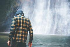 Mann, der am Wasserfall allein geht Lizenzfreie Stockbilder