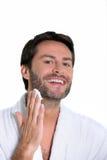Mann, der weg von seinem Bart sich rasiert Stockfotos