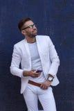 Mann in der weißen Klage auf blauem Wandhintergrund Lizenzfreie Stockfotografie