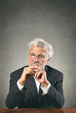 Mann der weißen Haare mit scharfem Anstarren Stockfotos