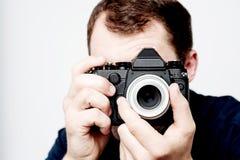 Mann, der Weinlesekamera, Fotografen hält Lizenzfreie Stockfotografie