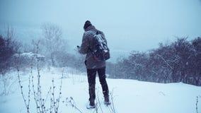 Mann, der in Winterholz wandert stock video