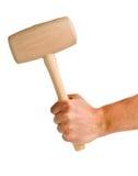 Mann, der woodne Holzhammer lokalisiert auf Weiß hält Lizenzfreie Stockfotografie