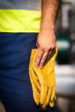 Mann, der yelow Handschuhe hält Lizenzfreies Stockbild