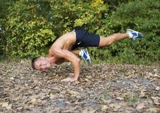 Mann, der Yogaübungen im Park tut Stockfotos