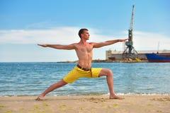 Mann, der Yogaübungen macht Stockfotos