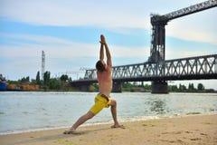 Mann, der Yogaübungen macht Stockfotografie