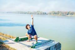 Mann, der Yoga - Handelnübung des Eignungsmannes im Freien durchführt stockbilder