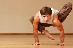 Mann, der Yoga tut lizenzfreie stockfotos