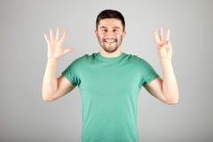 Mann, der Zahl durch Finger zeigt Stockfotografie