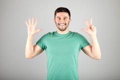 Mann, der Zahl durch Finger zeigt Stockbilder