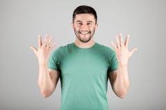 Mann, der Zahl durch Finger zeigt Stockbild