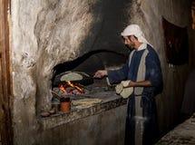 Mann in der Zeitraumkleidung backt Brot, Nazareth Village lizenzfreies stockbild