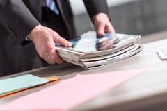 Mann, der Zeitschriften hält lizenzfreies stockfoto