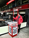 Mann, der Zeitungen in Edinburgh, Schottland verkauft Stockbild