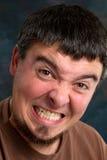 Mann, der Zähne knirscht Stockfoto
