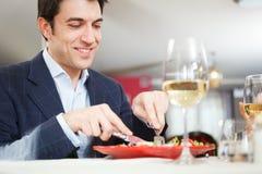 Mann, der zu Abend isst stockfotografie