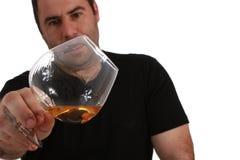 Mann, der zu einem Glas Whisky schaut Lizenzfreie Stockbilder