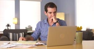 Mann, der zu Hause über seine Finanzen hinausgeht stockbilder
