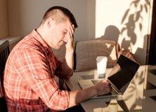 Mann, der zu Hause arbeitet Lizenzfreies Stockbild