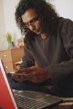 Mann, der zu Hause arbeitet Stockbilder