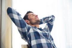 Mann, der zu Hause auf dem Stuhl stillsteht lizenzfreies stockfoto