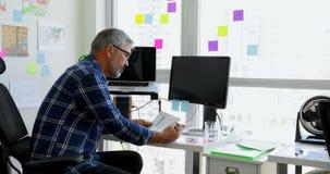Mann, der zu Hause an dem Schreibtisch 4k arbeitet stock footage