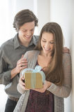 Mann, der zu Hause der Frau Geburtstags-Geschenk gibt Lizenzfreie Stockbilder