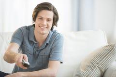 Mann, der zu Hause fernsieht Stockfotografie