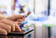 Mann, der zu Hause Kreditkarte verwendet Lizenzfreies Stockbild