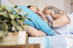 Mann, der zu Hause schläft stockfotos