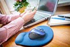 Mann, der zu Hause an seinem Büro des Laptops arbeitet Lizenzfreies Stockfoto