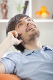 Mann, der zu Hause am Telefon spricht Lizenzfreies Stockbild