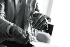 Mann, der zuhause Parf?m auf Handgelenk, Nahaufnahme anwendet Schwarzweiss-Effekt stockfoto