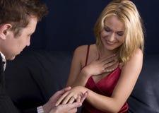Mann, der zum Mädchen vorschlägt Stockbild