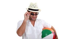 Mann, der zum Strand geht Lizenzfreie Stockfotografie