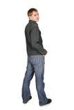 Mann, der zurück, getrennt steht und schaut Stockfotografie