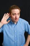 Mann, der zur Hörfähigkeit versucht lizenzfreie stockbilder