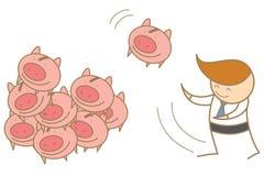 Mann, der zusammen sein Einsparungsschwein wirft Stockbild