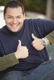 Mann, der zwei thumbsup zeigt Stockfotografie