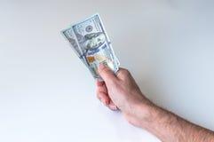 Mann, der zweihundert US-Dollars gibt Stockfotos