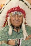 Mann des amerikanischen Ureinwohners, der authentischen Kopfschmuck trägt Lizenzfreie Stockfotos