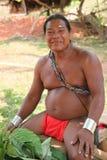 Mann des amerikanischen Ureinwohners, der eine Flöte spielt Stockbild