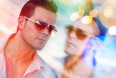 Mann des dunklen Haares mit Sonnenbrille Stockfoto