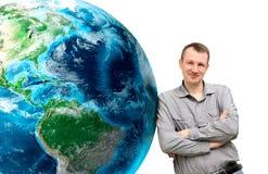 Mann des Lehnens auf enormem Erdplaneten auf einem weißen Hintergrund elem Lizenzfreie Stockfotos
