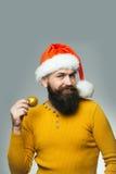 Mann des neuen Jahres mit Dekorationsball Stockfotografie