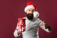 Mann des neuen Jahres mit Geschenkbox Lizenzfreie Stockfotografie